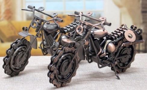Vtipný dárek pro motorkáře – kovový model motorky