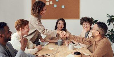 20 tipů na nejlepší dárky pro kolegyni i kolegu v práci