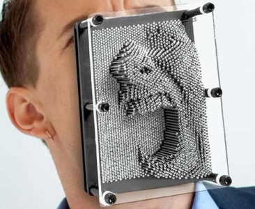 Ocelové otisky Pin Art – vtipný dárek pro vtipného kolegu