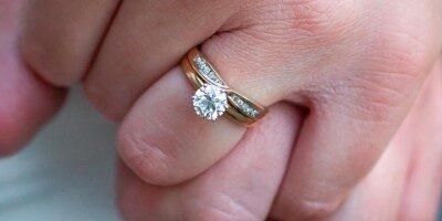 Kde se nosí zásnubní prsten před svatbou i po svatbě