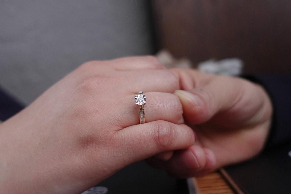 Zásnubní prsten na pravé ruce