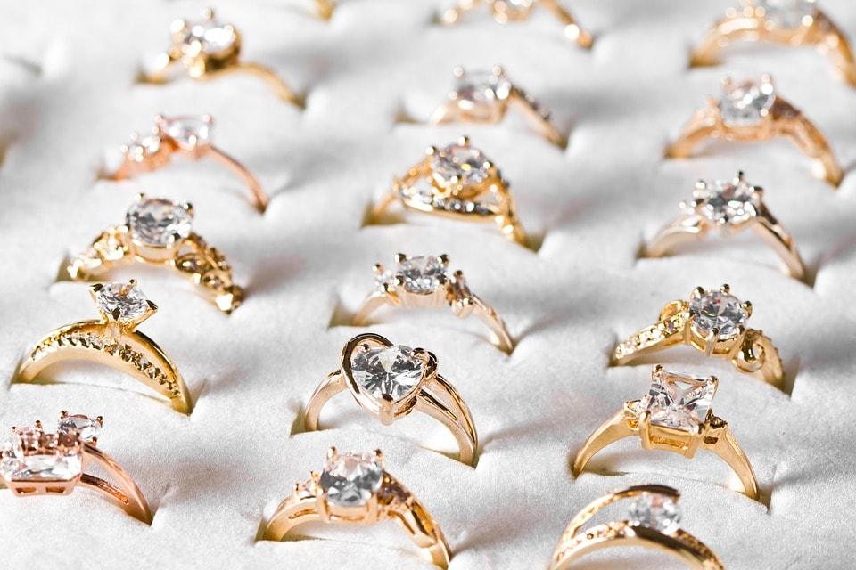 Zlatý zásnubní prsten - prsten ze žlutého zlata